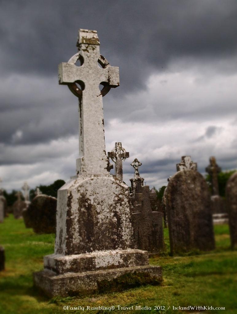 clonmacnoise cemetery Ireland monastery