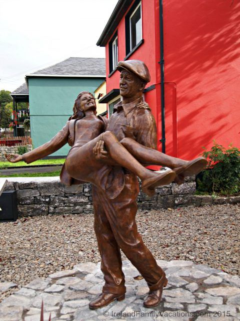 The Quiet Man : John Wayne and Maureen O'Hara Statue in Cong, County Mayo, Ireland